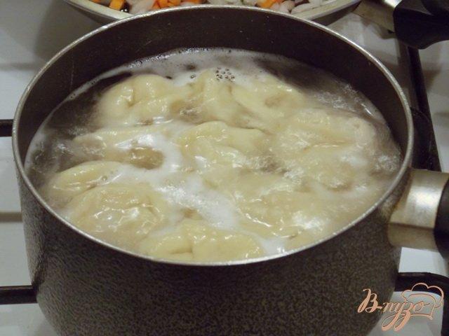 Фото приготовление рецепта: Куриный бульон с пельменями шаг №3