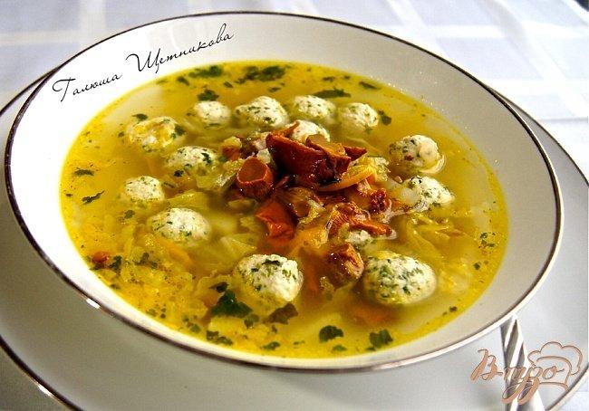 Фото приготовление рецепта: Суп с овощами, грибами и фрикадельками шаг №11