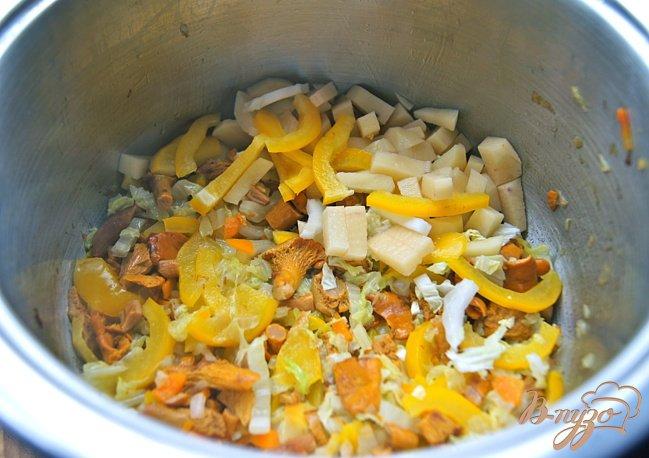Фото приготовление рецепта: Суп с овощами, грибами и фрикадельками шаг №8