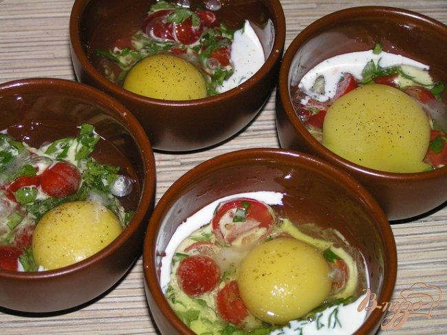 Фото приготовление рецепта: Яйца, запеченные с черри и зеленью шаг №3