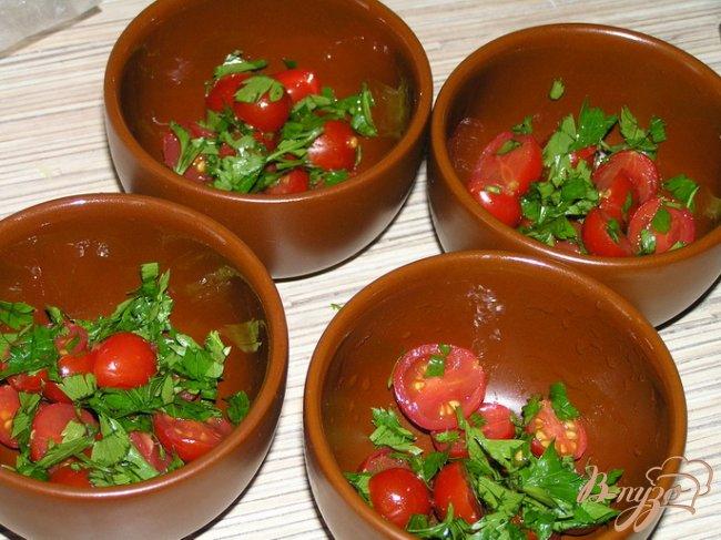 Фото приготовление рецепта: Яйца, запеченные с черри и зеленью шаг №2