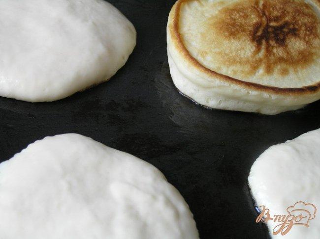 Фото приготовление рецепта: Пышные оладьи на кефире шаг №4