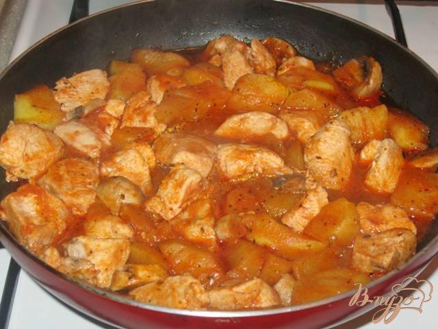 Фото приготовление рецепта: Куриное филе с яблоками в соусе шаг №5