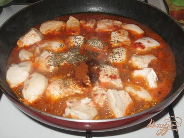 Фото приготовление рецепта: Куриное филе с яблоками в соусе шаг №3