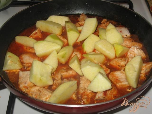 Фото приготовление рецепта: Куриное филе с яблоками в соусе шаг №4