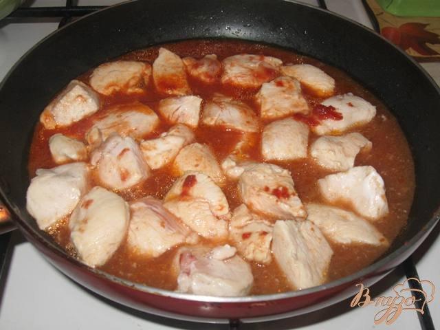 Фото приготовление рецепта: Куриное филе с яблоками в соусе шаг №2