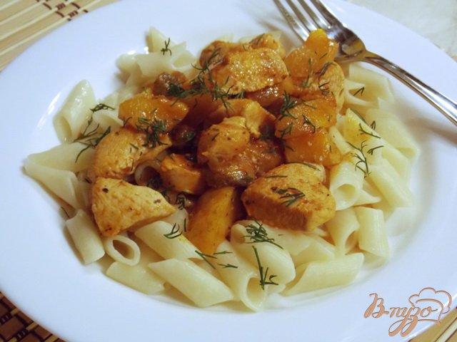Фото приготовление рецепта: Куриное филе с яблоками в соусе шаг №6