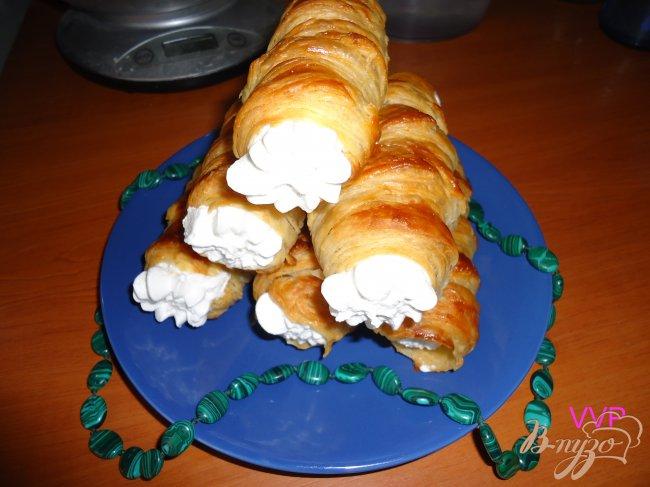 Фото приготовление рецепта: Слоеные трубочки с белковым заварным кремом шаг №5