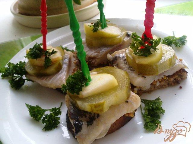 Фото приготовление рецепта: Бутербродики закусочные с сельдью шаг №8