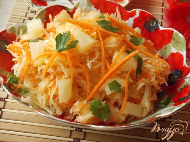 Фото приготовление рецепта: Салат из капусты, яблок и ананасов шаг №6