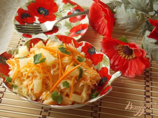 фото рецепта: Салат из капусты, яблок и ананасов