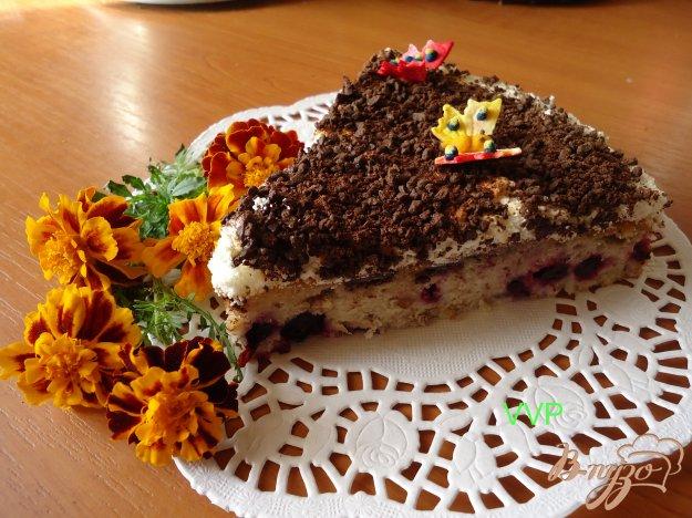 фото рецепта: Пирог шоколадно-ягодный с орехами и меренгой