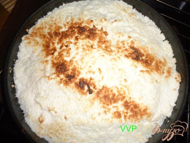 Фото приготовление рецепта: Пирог шоколадно-ягодный с орехами и меренгой шаг №6
