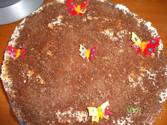 Фото приготовление рецепта: Пирог шоколадно-ягодный с орехами и меренгой шаг №7