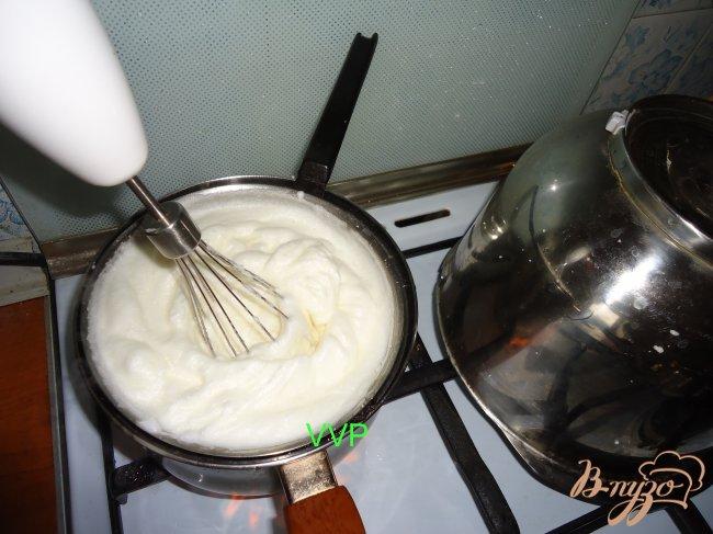 Фото приготовление рецепта: Пирог шоколадно-ягодный с орехами и меренгой шаг №4