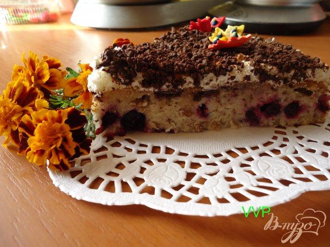 Фото приготовление рецепта: Пирог шоколадно-ягодный с орехами и меренгой шаг №8