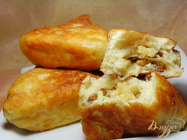 Рецепт Пирожки с яблоками и изюмом на сковороде