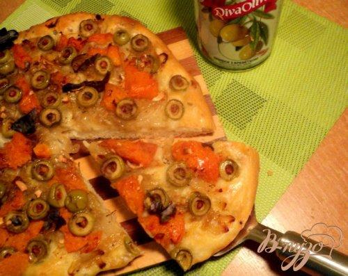 Лепешка с тыквой, оливками и луком.