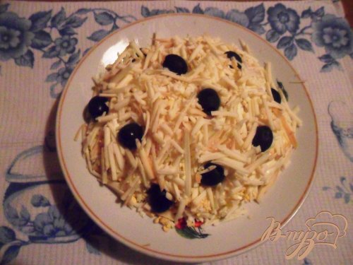 Салат из горбуши с копченым колбасным сыром