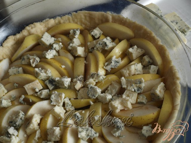 Фото приготовление рецепта: Яблочно-луковый пирог с голубым сыром шаг №8