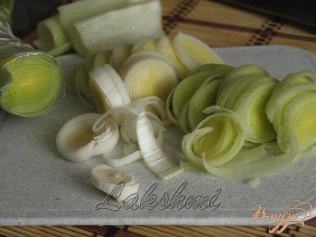 Фото приготовление рецепта: Яблочно-луковый пирог с голубым сыром шаг №3