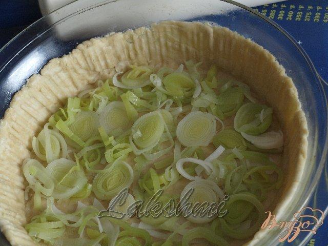 Фото приготовление рецепта: Яблочно-луковый пирог с голубым сыром шаг №7