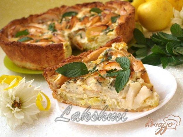 фото рецепта: Яблочно-луковый пирог с голубым сыром