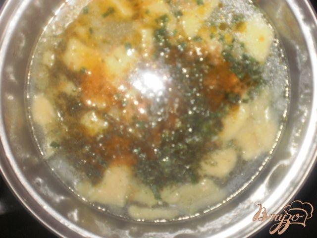 Фото приготовление рецепта: Сырный суп с клецками шаг №8
