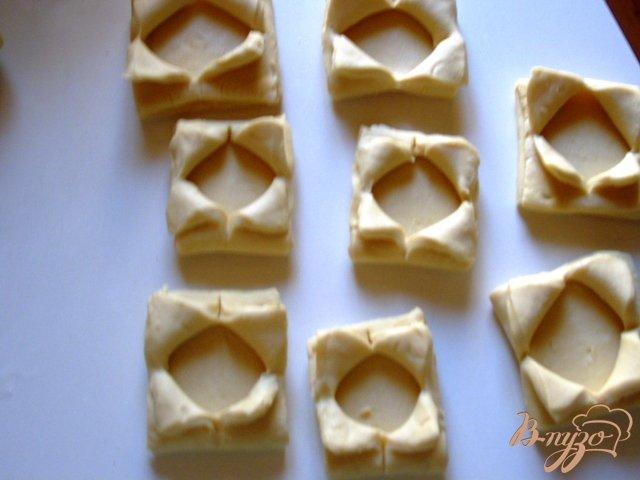 Фото приготовление рецепта: Волованы из слоеного теста шаг №3