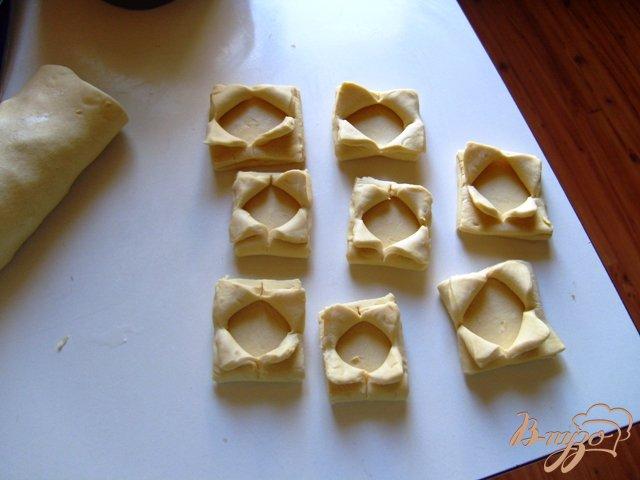 Фото приготовление рецепта: Волованы из слоеного теста шаг №2