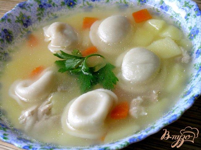 Фото приготовление рецепта: Куриный суп с пельменями шаг №6