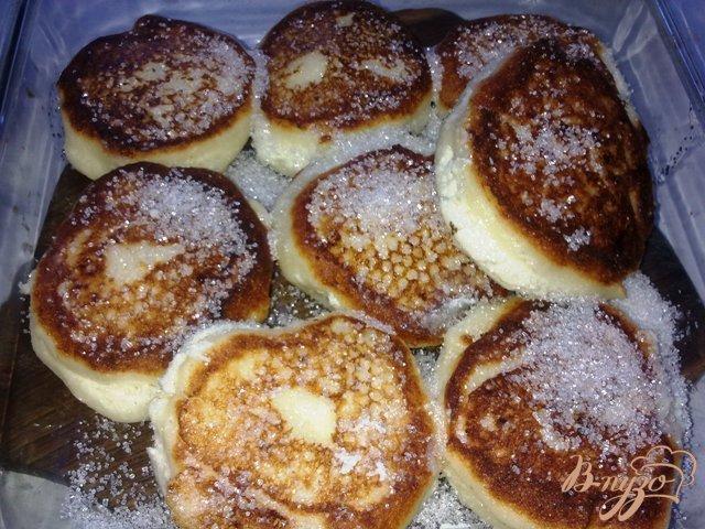 Фото приготовление рецепта: Томленые сырники шаг №8