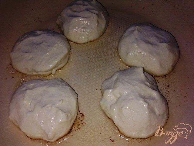 Фото приготовление рецепта: Томленые сырники шаг №5