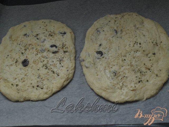 Фото приготовление рецепта: Фокачча с пряными травами и маслинами шаг №3