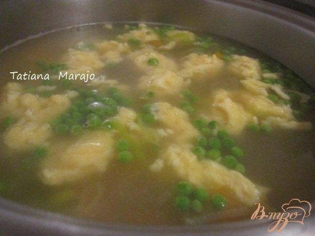 Фото приготовление рецепта: Суп с сырными клецками и креветками шаг №4