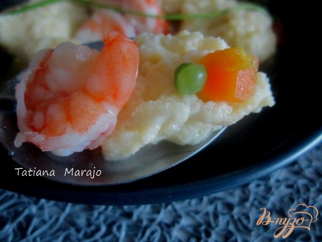 Фото приготовление рецепта: Суп с сырными клецками и креветками шаг №6