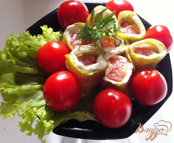 Фото приготовление рецепта: Рулетики  из цуккини с лососем шаг №7