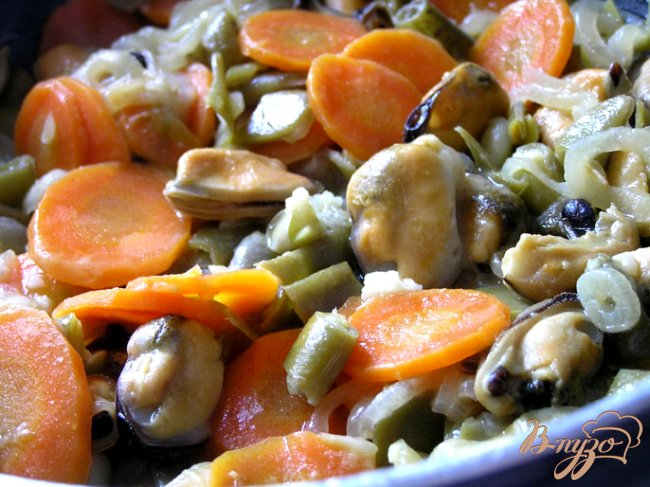 Фото приготовление рецепта: Мидии с овощами и горчицей в белом вине шаг №6