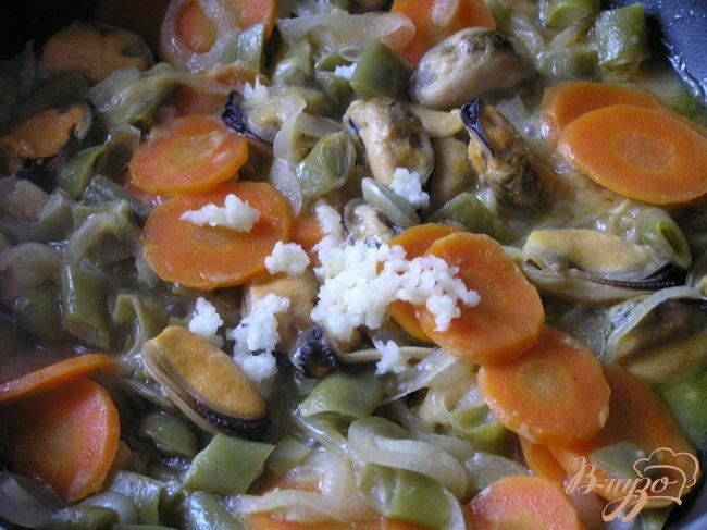 Фото приготовление рецепта: Мидии с овощами и горчицей в белом вине шаг №5