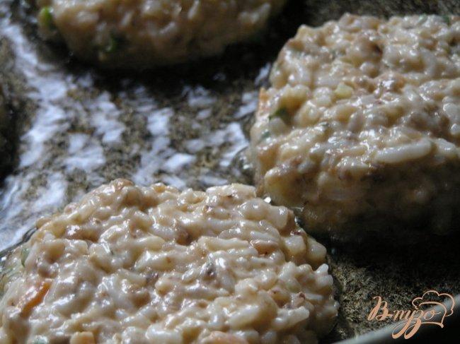 Фото приготовление рецепта: Рисово-гречневые котлеты шаг №5