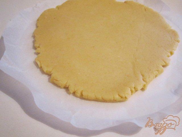 Фото приготовление рецепта: Песочный пирог с ягодами шаг №6