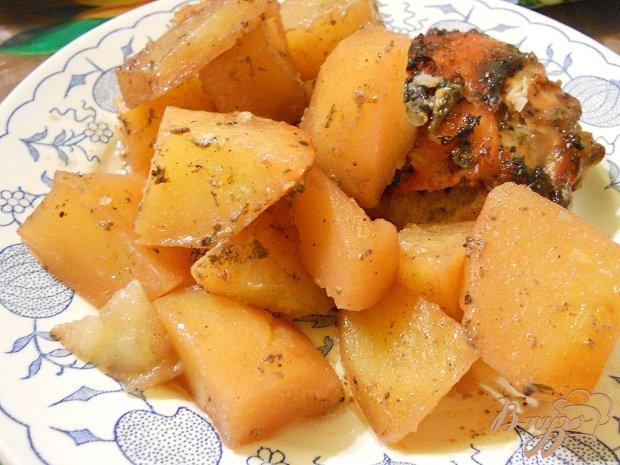 Фото приготовление рецепта: Картошка с бедрышками шаг №5