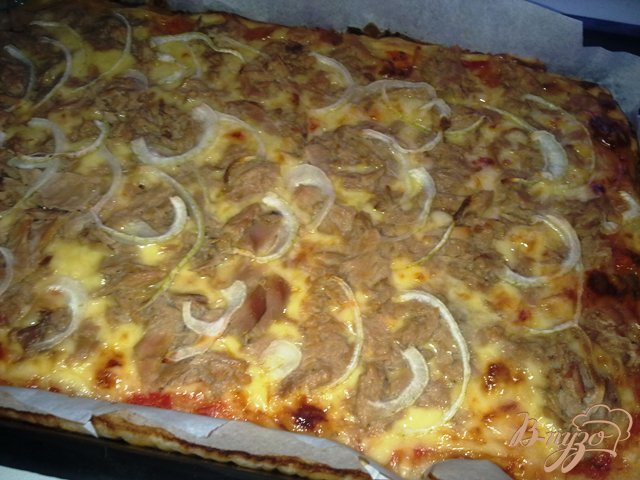 Фото приготовление рецепта: Пицца с тунцом шаг №9