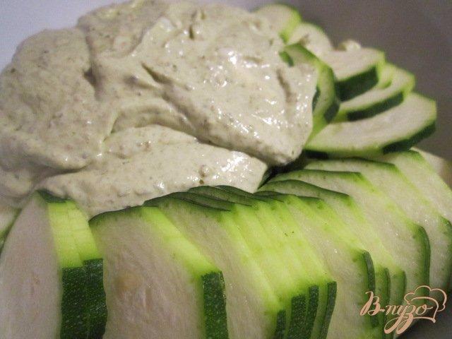Фото приготовление рецепта: Запеканка из кабачков с соусом Песто шаг №3