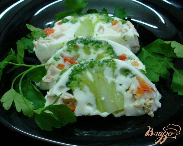 фото рецепта: Заливное с курицей и овощами.