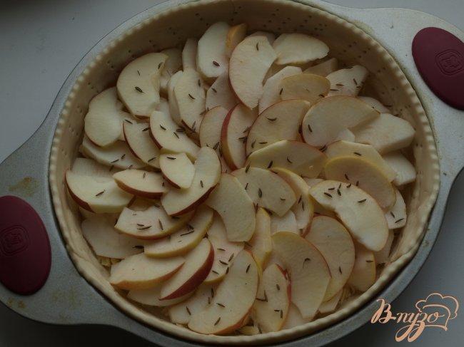 Фото приготовление рецепта: Сырный пирог с яблоками и тмином шаг №3