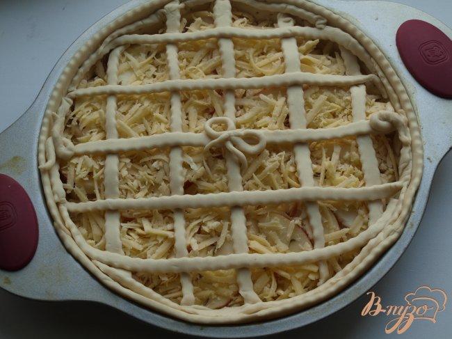 Фото приготовление рецепта: Сырный пирог с яблоками и тмином шаг №4