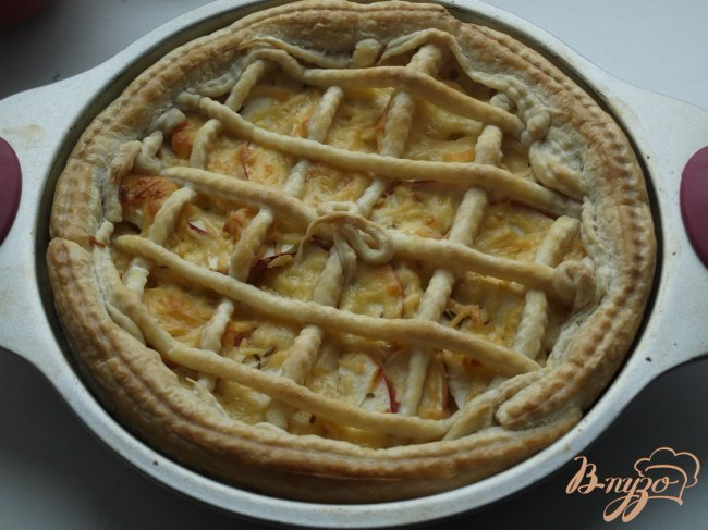 Фото приготовление рецепта: Сырный пирог с яблоками и тмином шаг №5
