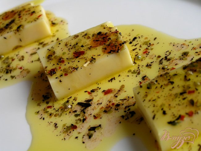 Фото приготовление рецепта: Маринованный сыр шаг №4