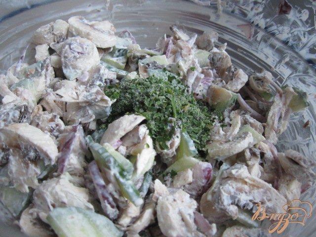 Фото приготовление рецепта: Cалат из свежих шампиньонов шаг №4